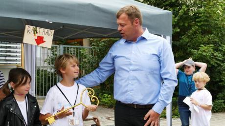Bürgermeister unter sich: Karlshulds zweiter Bürgermeister Michael Lederer übergab den Schlüssel der Mittelschule an seinen Amtskollegen in Neusobpolis.