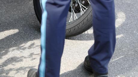 Die Polizei sucht einen Unbekannten, der einen Motorradunfall in Gundelfingen verursacht hat.