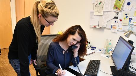 """Im Krisendienst Psychiatrie erhalten die Caritas-Mitarbeiter – hier Maika Böhme (links) und Andrea Ploß aus Ingolstadt – von der Leitstelle immer wieder """"Krisenfälle"""", auf die sie unmittelbar reagieren müssen."""
