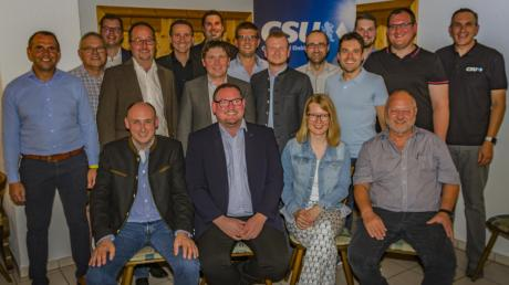Diese Männer und Frauen stellen sich für die Wahl des Gemeinderats Ehekirchen zur Verfügung. Karlskrons Bürgermeister Stefan Kumpf (links) fungierte als Wahlleiter.
