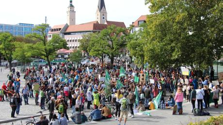 Am Demonstrationszug in Ingolstadt nahmen viele Neuburger teil. Am Theaterplatz fanden die Teilnehmer zum Abschluss zusammen.