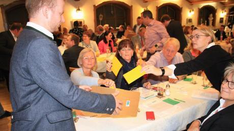 Fast schon Formsache waren die Wahlzettel für die Kandidatenliste. Das Angebot des Kreisvorstandes wurde von knapp 100 Delegierten mit nur einer Nein-Stimme angenommen.