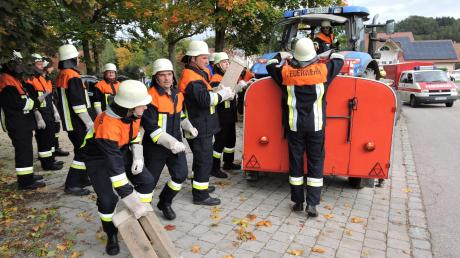 Rege Betriebsamkeit herrschte bei den acht Burgheimer Feuerwehren nach der Alarmierung zu einer Großübung in Ortlfing.