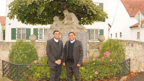 Sie freuen sich auf ihre Arbeit in der Pfarreiengemeinschaft Ehekirchen: Pfarrer Vinson Nirapell V.C und sein Kaplan John Mulakkal Joseph (links), hier vor dem Pfarrhof von Hollenbach.