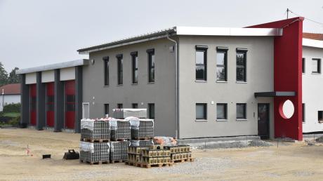 Das neue Feuerwehrhaus für die Freiwillige Wehr Untermaxfeld ist nahezu fertig. Nach den letzten Arbeiten will die Feuerwehr noch dieses Jahr umziehen. In dem Neubau stecken über 1000 Stunden Eigenleistung.