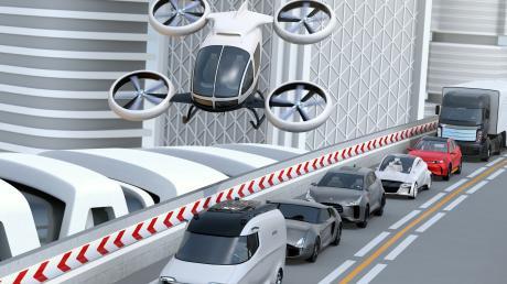 Sieht so die Zukunft aus? Ein Flugtaxi schwebt über einer Autokolonne, die sich autonom fortbewegt.