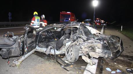 Für den Fahrer dieses Wagens kam jede Hilfe zu spät: Er starb, weil ihm ein anderer Autofahrer mit überhöhter Geschwindigkeit aufgefahren war.