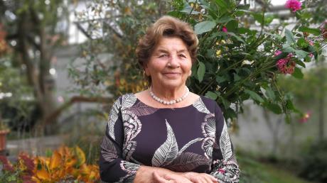 """Marianne Omasreiter in ihrem Garten in Weichering. """"87 Jahre lebe ich hier – und ich lebe sehr gerne hier"""", sagte sie. Sie ist Weicherings erste weibliche Ehrenbürgerin."""