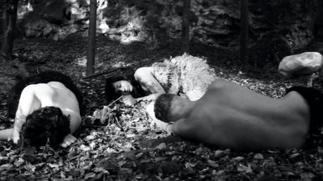"""Der 14-minütige, stumme Kurzfilm """"Natura"""", gedreht in Kreut, handelt von Höhlenmenschen, die sich um einen Pilz streiten. Genauer: Es geht um Neid und Missgunst und darum, anderen ihr Glück zu gönnen – oder auch nicht."""