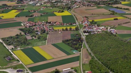 Noch führt die Bundesstraße 16 durch die beiden Neuburger Ortsteile Marienheim (links) und Rödenhof (rechts). Diskutiert wird eine Verlegung der Trasse nach Süden und damit näher an den Nato-Flugplatz heran. So einfach ist das aber nicht.
