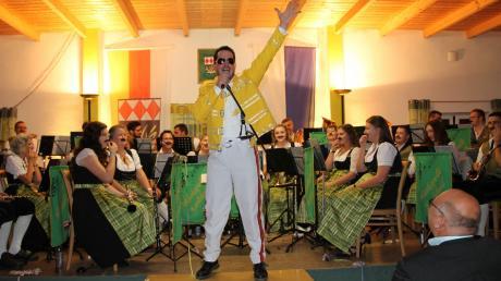 """Der unvergessliche Freddie Mercury: Christian Mattes erschien zum Dirigieren des Queen-Songs """"Bohemian Rhapsody"""" im kanariengelben Outfit – sehr zur Freude des Publikums in Grasheim."""