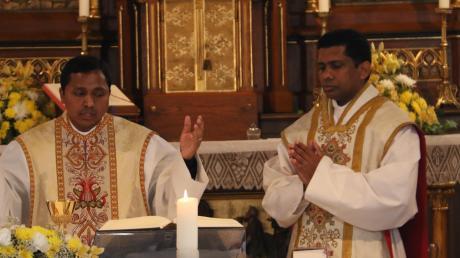"Der Ehekichener Pfarrer Vinson Nirappel (links) begrüßte seine ""rechte Hand"", Kaplan John Mulakkal."