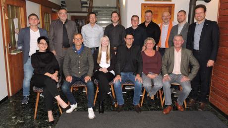Mit Unterstützung von Landrat Peter von der Grün (rechts) ziehen Bürgermeisterkandidat Christian Peters (sitzend 3. von rechts) und die Listenkandidaten für die Freien Wähler/Bürgerblock in den Burgheimer Kommunalwahlkampf.