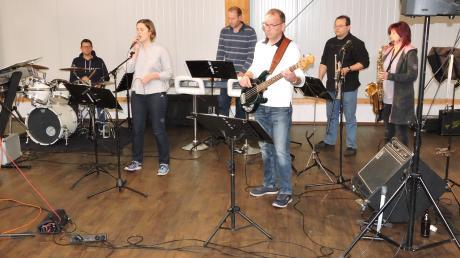 Noch probt die Band Snowflakes Project im Burgheimer Werkhaus an der Donau. Am Nikolaustag startet ihre Tournee für die gute Sache.