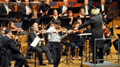 Mit enormer Leidenschaft: Das Slowakische Radio Sinfonieorchester Bratislava und Noé Inui (Violine) konzertierten im Theaterfestsaal.