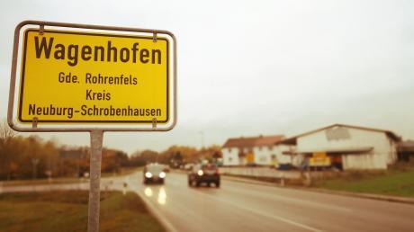 Auf dem Grundstück der ehemaligen Montagebaufirma am Ortseingang nach Wagenhofen soll eine SB-Tankstelle entstehen. Um die Einfahrt von Rohrenfels kommend zu erleichtern, wird eine Linksabbiegespur auf der Augsburger Straße errichtet. Die Bauarbeiten dafür beginnen am Montag.