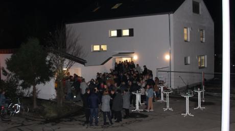 Vor dem neu sanierten Pfarrhaus versammelten sich nach dem Gottesdienst viele Kirchgänger, um die Einweihung mit Häppchen und Getränken zu feiern.