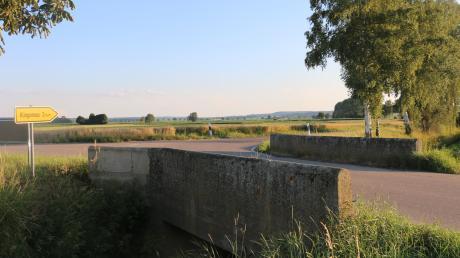Das ist die Brücke in Ehekirchen an der Straße zwischen Seiboldsdorf und der Kreisstraße ND 12 über den Dinkelshausener Arrondierungskanal. Diese Brücke und die Brücke über den Allerbach sind dringend sanierungsbedürftig. Sie müssen abgerissen und neu gebaut werden.