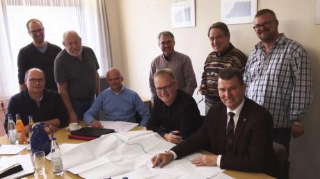 Die Bürgermeister Michael Böhm Günter Gamisch, beide an der Spitze des Wasserzweckverbands Burgheim, haben ein Expertenteam um sich geschart, um den Bau eines neuen Trinkwasserbrunnens zu besprechen.