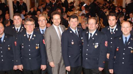 Landrat Peter von der Grün (Mitte) und Kreisbrandrat Stefan Kreitmeier (rechts) überreichten Urkunden und Anstecknadeln für langjährige Kommandanten und deren Stellvertreter.
