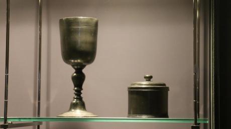 Abendmahlskelch und Hostiendose stehen nun mit anderen Exponaten in einer Vitrine im Museumstrakt zum Fürstentum Pfalz-Neuburg im Schloss.