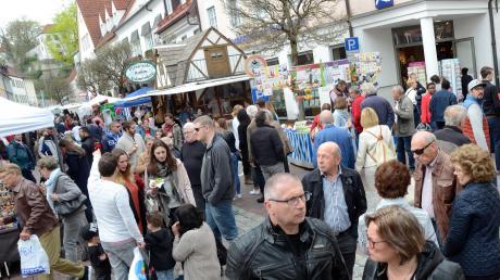 Die beiden verkaufsoffenen Marktsonntage in Neuburg nutzen – wie hier beim Frühjahrsmarkt 2018 – stets viele Neuburger, um durch die Innenstadt zu bummeln und den einen oder anderen Einkauf zu erledigen.
