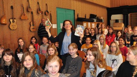 Autorin Margit Auer war in der Maria-Ward-Realschule zu Gast. Sie hat den Schülern vorgelesen.