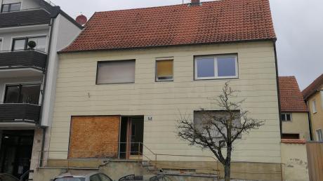 Dieses Haus am Marktplatz in Burgheim hat die Gemeinde zuletzt gekauft. Was damit geschieht? Das steht noch nicht fest. Die Gemeinde will im Augenblick die Chance nutzen, Immobilien in zentraler Lage zu erwerben.