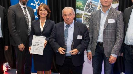 Niedersachsens Umweltminister Olaf Lies zeichnete die Karlshulder Delegation um Rita Schmidt, Bürgermeister Karl Seitle und Armin Adolf (von links) in Hannover als Gewinnerkommune aus.