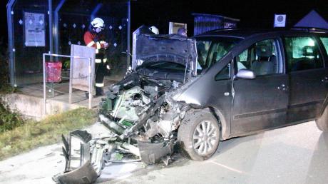 Eines der Fahrzeuge, die bei dem Unfall ineinandergeprallt waren. Die Unfallverursacherin wurde schwer verletzt.