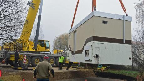 Mithilfe eines riesigen Krans wurde die Pumpstation neben dem Seniorenzentrum an Ort und Stelle gebracht.