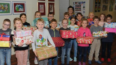 83 Päckchen trugen die Grundschulkinder zum Lkw. Hinten Lehrerin Hildegard Altenbuchner, die Organisatorin der Hilfsaktion an der Schule.