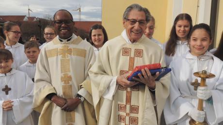 Der 91-jährige Ruhestandspfarrer Walter Hroß (Mitte) feierte zusammen mit Pfarrer Serge Senzedi am Sonntag einen feierlichen Patroziniumsgottesdienst in der Kirche St. Clemens in Oberhausen. Dort bedankte sich die Gemeinde ausführlich bei Hroß für dessen Verdienste.