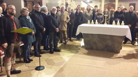Über 100 Personen lauschten bei der Kirchenführung in Rennertshofen dem mit viel Detailwissen gespickten Vortrag von Peter Strobl (vorne links).