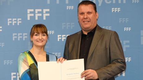 Aus den Händen von Bayerns Digitalministerin Judith Gerlach erhielt Kinobetreiber Roland Harsch die Auszeichnung für den Kinopalast.