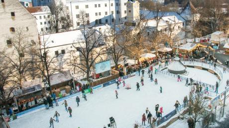 Ein beliebter Treffpunkt zur Weihnachtszeit in Ingolstadt ist die Eisarena am Paradeplatz vor der Kulisse des Alten Schlosses geworden. Sie ist jetzt bis zum 4. Januar geöffnet.