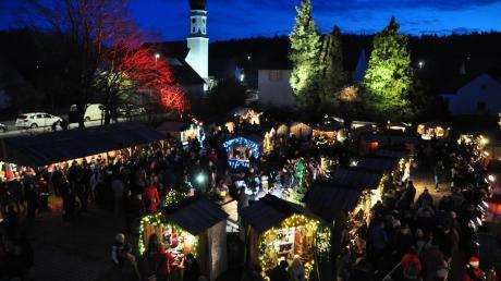 Wenn es dunkel wird, dann wird es romantisch in Unterhausen. Die Stände sind wunderschön beleuchtet und es gibt Live-Musik.