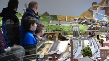 Die Besucher begutachten die Baufortschritte. Jeden ersten Samstag im Monat sind auch Nichtmitglieder eingeladen, ihre Züge auf der großen Anlage fahren zu lassen.