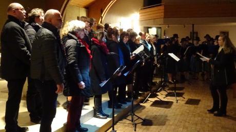 """Den Konzertabend beendeten alle Musiker zusammen mit den beglückten Zuhörern mit dem Abendlied """"Gott behüte uns"""" – und keiner ging ohne ein rotes Päckchen nach Hause!"""