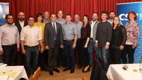 Gruppenbild mit Spitzenkandidat Stefan Kumpf (6. von links) und den Gemeinderatskandidaten der CSU in Karlskron.