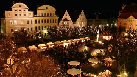 Eingebettet ins Panorama der Hofkirche und des Rathauses ist der Christkindlmarkt am zweiten und dritten Adventswochenende auf dem Karlsplatz bei vielen besonders beliebt.