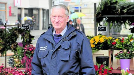 Reinhard Bogisch in seinem Element. An Markttagen ist der nun 90-jährige Ingolstädter als Marktaufsicht unterwegs – und damit ältester Mitarbeiter der Stadt Ingolstadt.