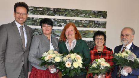 Dank und Anerkennung für ihr langjähriges, ehrenamtliches Engagement sprach Landrat Peter von der Grün (links) Andrea Strixner, Edeltraud Schubert, Hildegard Altenbuchner und Herbert Götz (ab 2. v.l.) aus.