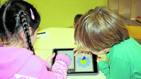 Velissaria und Fynn malen um die Wette. Aber nicht mit Zettel und Stift, sondern mit Finger und Tablet.