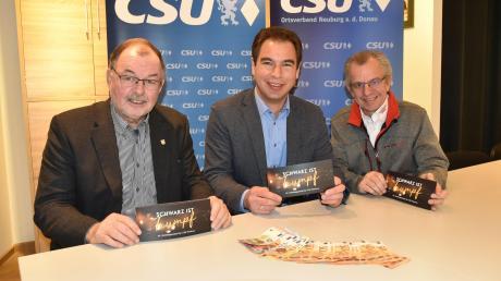 """Stehen für den Wohltätigkeitsball der Neuburger CSU """"Schwarz ist Trumpf"""": (von links) Stadtrat Peter Segeth, Landtagsabgeordneter Matthias Enghuber sowie Eberhard Spieß von Ringfoto Spieß."""