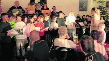 Die Mitglieder des Schüler- und Lehrerchors und der Schulband der Neuburger Mittelschule sangen Weihnachtslieder für die Senioren.