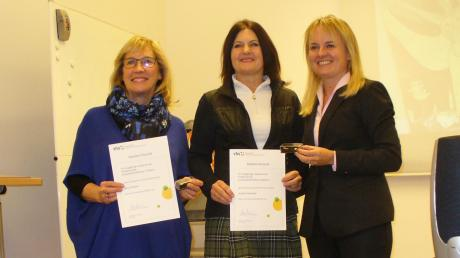 Die Vhs hat langjährige Kursleiter ausgezeichnet: (von links) Anne Friemel, Andrea Herbinger und Vhs-Geschäftsführerin Christa Jerominek-Mundil.