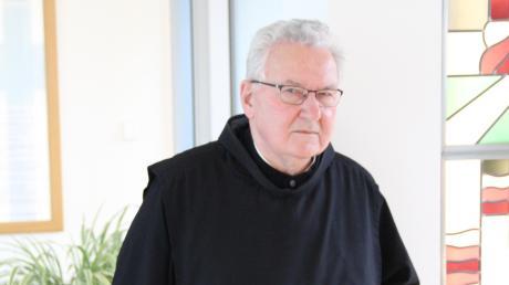 Prior Donatus Wiedenmann vor einer künstlerischen Darstellung eines seiner Vorgänger, des Provinzials Eustachius Kugler. Der Prior feiert seinen 80. Geburtstag.
