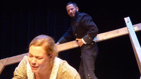 Sie sind beide das Opfer einer Intrige: Ferdinand (Thomas Trüschler) vergiftet sich und Luise (Marie Louise Kitzmüller), die ihn gar nicht betrogen hatte.