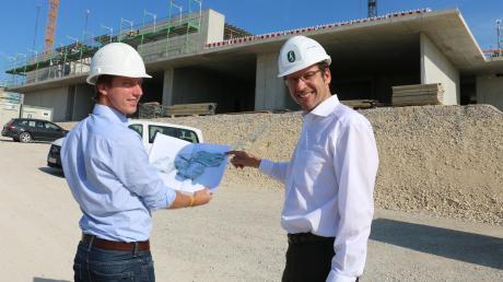 Landrat Peter von der Grün (rechts) mit Bauleiter David Wojan im Sommer auf der Baustelleder Paul Winter-Realschule.